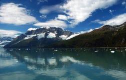 Nubes reflectoras de la bahía de glaciar Foto de archivo libre de regalías