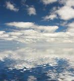 Nubes reflejadas en agua fotografía de archivo