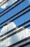 Nubes reflejadas en ventanas Foto de archivo