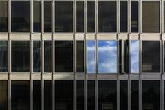 Nubes reflejadas en Windows fotos de archivo libres de regalías