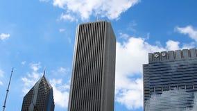 Nubes reflejadas en Windows y la mudanza detrás de los edificios Chicago Illinois metrajes