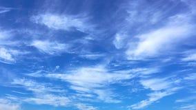 Nubes retroiluminadas pacíficas del lapso de tiempo almacen de metraje de vídeo