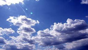 Nubes rodantes en el cielo azul, vídeo del lapso de tiempo almacen de metraje de vídeo