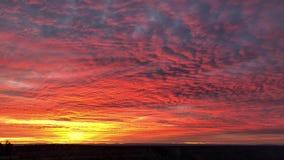 Nubes rojas de la puesta del sol del paisaje del sur hermoso del borde almacen de video