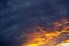 Nubes rojas en el cielo Imagenes de archivo