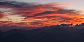 Nubes rojas en el cielo en la puesta del sol Foto de archivo libre de regalías