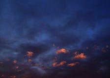 Nubes rojas en la puesta del sol Imagen de archivo libre de regalías