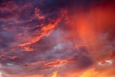 Nubes rojas en la puesta del sol Imagenes de archivo