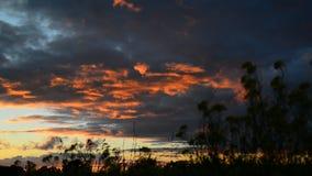 Nubes rojas en la puesta del sol almacen de metraje de vídeo