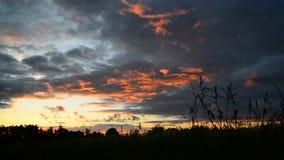 Nubes rojas en la puesta del sol almacen de video