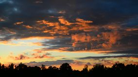Nubes rojas hermosas en la puesta del sol metrajes