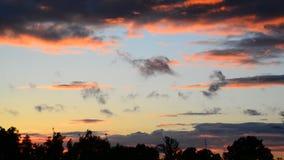 Nubes rojas hermosas en la puesta del sol almacen de metraje de vídeo
