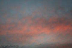 Nubes rojas y azules foto de archivo