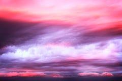 Nubes rosadas dramáticas en el cielo de la puesta del sol Foto de archivo libre de regalías