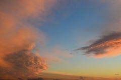 Nubes rosadas en el cielo azul foto de archivo