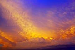 Nubes rosadas en el cielo de la tarde Imagen de archivo
