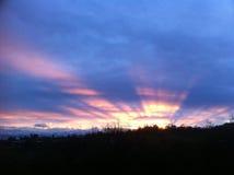 Nubes rosadas sobre el efecto de la ciudad y de la luz del sol Imagen de archivo libre de regalías