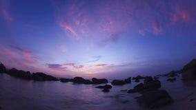 Nubes rosadas sobre el océano, timelapse del fisheye almacen de metraje de vídeo