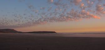 Nubes rosadas y azules sobre la playa en la puesta del sol fotos de archivo libres de regalías
