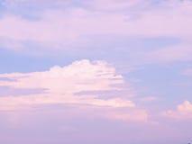 Nubes rosadas y blancas en cielo azul Imagen de archivo