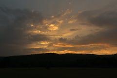 Nubes siniestras rojas fantásticas de la puesta del sol y de la oscuridad Foto de archivo