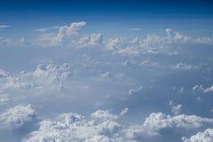 Nubes sobre Asia de un avión Fotos de archivo