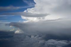 Nubes sobre Asia de un avión Foto de archivo libre de regalías