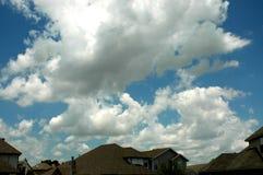 Nubes sobre casas fotografía de archivo libre de regalías