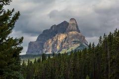 Nubes sobre castillo de la montaña Fotos de archivo libres de regalías