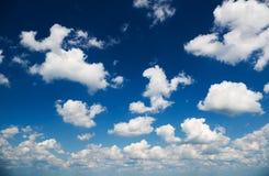 Nubes sobre el cielo azul Foto de archivo libre de regalías