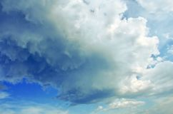 Nubes sobre el cielo azul Imagenes de archivo