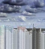 Nubes sobre el edificio Fotos de archivo libres de regalías