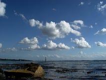 nubes sobre el fiordo foto de archivo
