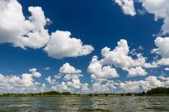 Nubes sobre el lago Foto de archivo