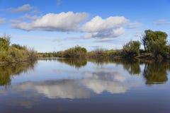 Nubes sobre el lago fotos de archivo