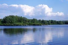 Nubes sobre el lago fotografía de archivo