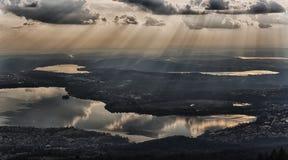 Nubes sobre el lago con los rayos de sol Imágenes de archivo libres de regalías