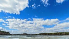 Nubes sobre el lago. Nieve pasada. Geometría fija