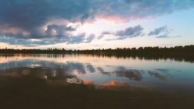 Nubes sobre el lago por la tarde en la puesta del sol almacen de video