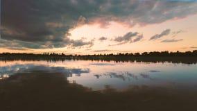 Nubes sobre el lago por la tarde en la puesta del sol almacen de metraje de vídeo