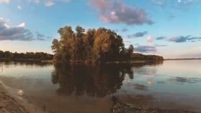 Nubes sobre el lago por la tarde en la puesta del sol metrajes