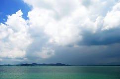 Nubes sobre el mar de Andaman cerca del embarcadero de Rassada Fotografía de archivo