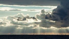 Nubes sobre el mar en la puesta del sol metrajes
