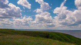 Nubes sobre el río Volga almacen de metraje de vídeo