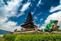 Nubes sobre el templo Pura Ulun Danu Bratan Imagen de archivo libre de regalías
