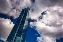 Nubes sobre John Hancock Building moderno Fotos de archivo libres de regalías
