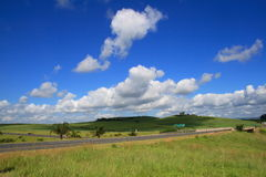 Nubes sobre la carretera Fotos de archivo