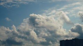 Nubes sobre la casa Las nubes arrastran el cielo azul, árboles se inclinan del viento almacen de video
