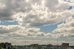 Nubes sobre la ciudad Foto de archivo libre de regalías