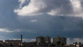 Nubes sobre la ciudad almacen de metraje de vídeo